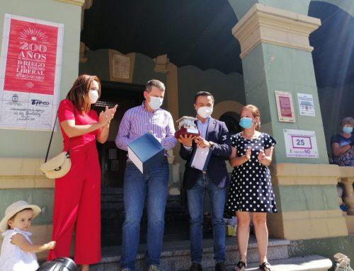 Las Cabezas de San Juan obsequia a Tineo (Asturias) con un azulejo conmemorativo del Bicentenario del Pronunciamiento de Riego